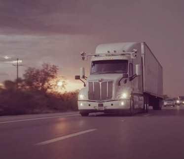 Автономный грузовик на дороге
